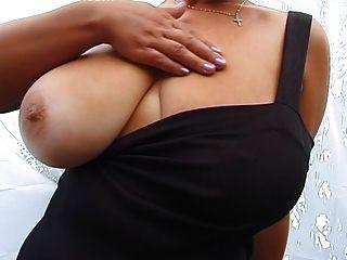 गोरा विशाल स्तन एमआईएलए प्रस्तुत