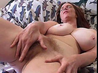 बड़े स्तन एकल के साथ बालों वाली गर्म महिला