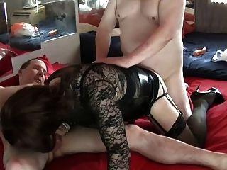 दो सुंदर लड़कों के साथ एक सेक्सी त्रिगुट - 2