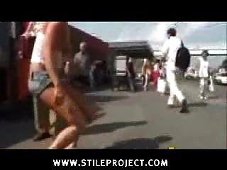 सार्वजनिक रूप से नग्न महिला को लात मारी