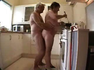 दादी और दादा रसोई में मज़ा आ रहा है