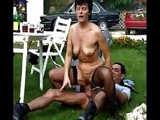 आउटडोर दादी नंगा नाच