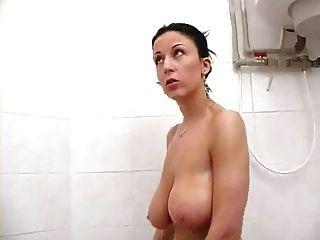 शॉवर में श्यामला Busty milf सेक्सी