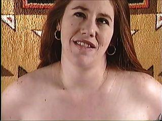 दूध गर्भवती आवारा लड़की