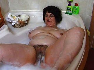 बाथरूम में मोटा दादी