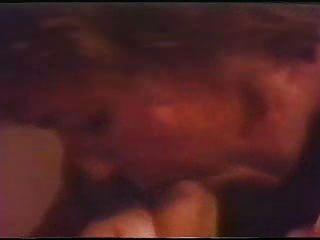 रेट्रो सह सह के साथ उसके मुंह भरता है जब तक इसे वापस बाहर बहती