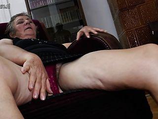 पुराने दादी दो छोटे समलैंगिकों fucks