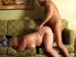 फैट बीबीडब्ल्यू दादी परिपक्व सोफे पर गड़बड़ हो जाता है