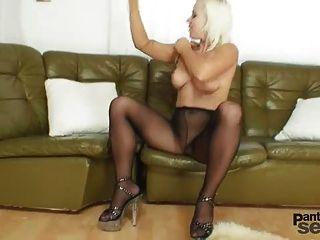 बीबी फॉक्स नाइलन और काले pantyhose dildo हस्तमैथुन पसंद करती है