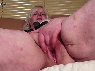 गांठदार दादी उसे बिल्ली गीला हो रही है