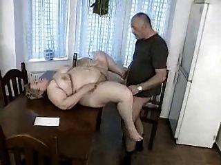 आदमी पकड़ा बीबीडब्ल्यू दादी द्वारा बंद मरोड़ते हो जाता है