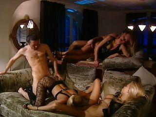 3 गर्म गोरे के साथ समूह सेक्स