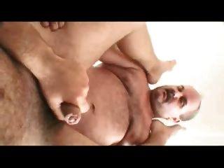 पिताजी और पुरुष सोफे पर घर कमबख्त