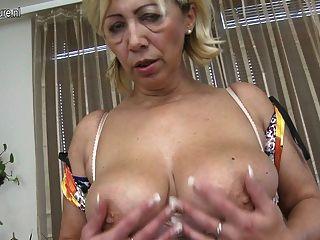 परिपक्व फूहड़ माँ अकेले हस्तमैथुन