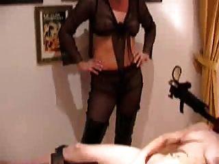मालकिन कमबख्त मशीन की मदद से गुलाम लड़की fucks