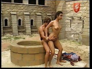 एंड्रिया Molnar मध्ययुगीन महल में गड़बड़