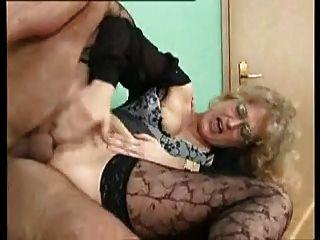 सेक्सी जर्मन एमआईएलए anally गड़बड़ हो जाता है