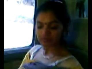 कार में स्मार्ट परिपक्व भारतीय चाची स्तन शो
