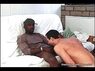 सफेद समलैंगिक तीन काले डिक्स और गर्म शुक्राणु लेने के