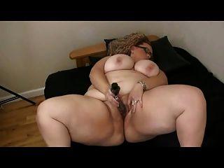 बड़े स्तन उसे गीला मुंडा बिल्ली के साथ खेल के साथ बड़ी फैट बीबीडब्ल्यू
