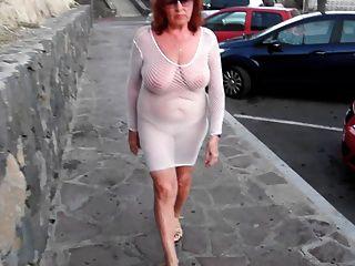सुंदर परिपक्व फूहड़ नग्न स्तन के साथ शहर के चारों ओर चलता है