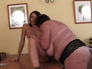 मोटा एक गर्म जवान लड़की के साथ खेल रहे हैं मां