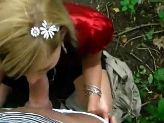 सुनहरे बालों वाली लड़की पार्क में बेकार