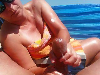 गर्म गर्म से बड़ी सह शॉट के साथ समुद्र तट पर handjob