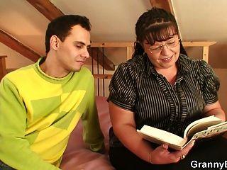 बड़े titted परिपक्व महिला एक युवा लड़के द्वारा टक्कर लगी है