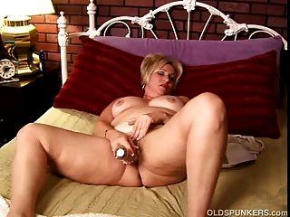 बड़े स्तन के साथ परिपक्व शौकिया उसे गीला बिल्ली और नाटकों में काम करता है