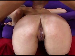 गोरा fishnet मोज़ा में गांठदार गुदा सेक्स है