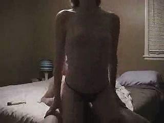 महिला, छोटे बाल के साथ डिक की सवारी छोटे स्तन के दो त्वरित orgasms है
