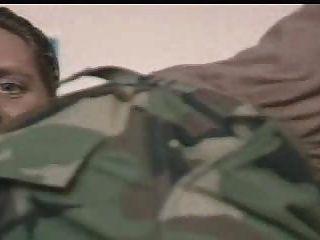 सैन्य अधिकारियों ने अपने कमांडर अपने मुर्गा चूसना करने के लिए किया जा रहा द्वारा निर्देश