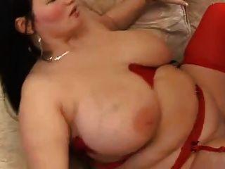 लाल मोजा में बड़े स्तन के साथ मोटा श्यामला