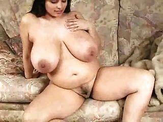 सुडौल प्राकृतिक श्यामला पर भारी स्तन