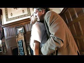 ब्रिटिश फूहड़ कारमेल मूर उसकी वर्दी में गड़बड़ हो जाता है