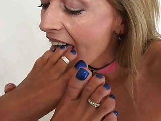 2 महिलाओं चाट और चूसने पैर और पैर की उंगलियों चुंबन