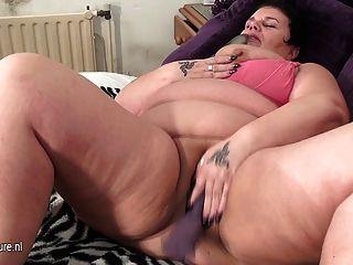 बड़ा परिपक्व माँ एक संभोग सुख पाने के लिए प्यार करता है