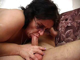 विस्तृत गधा, Saggy स्तन, बालों योनी और लड़के के साथ माँ