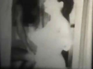 एक बाथरूम में काले और सफेद विंटेज खुशमिजाज