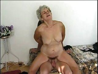 दादी और युवा