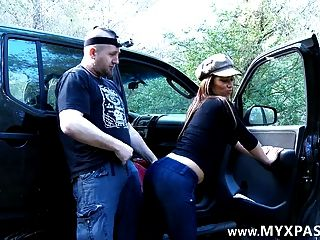 वह उसे फेसबुक पर मिलता है और अपनी कार में उसके fucks