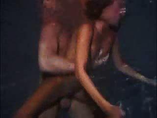 बांस के साथ पानी में आज रात