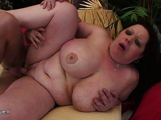 विशाल titted माँ एक मुँह jizz से भरा हो रही है