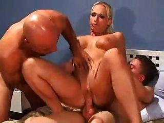 सेक्सी domme दो पुरुषों fucks