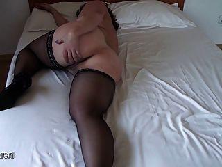 संचिका शौकिया पुराने माँ उसे बिस्तर पर गीली हो रही