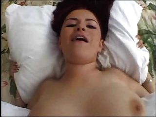 गर्म दृश्य में प्राकृतिक Busty लड़की निगल शुक्राणु