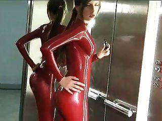 लिफ्ट में लाल लेटेक्स Catsuit