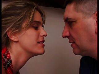 फ्रांसीसी महिला को उसके पति के सामने बकवास है