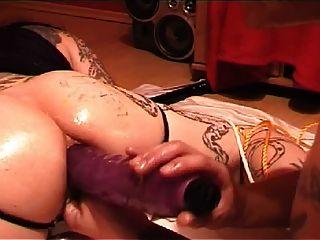 tattoed गुलाम विशाल गुदा dildos